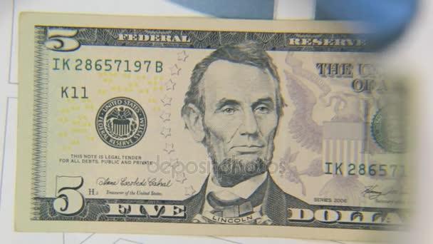 Za bankovky pět dolarů, zvýšení s lupou