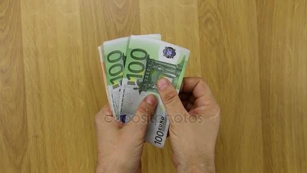 Muž počítání Evropské papírové peníze, euro