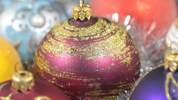 Rotace vánoční koule leží na stříbrné pozlátko