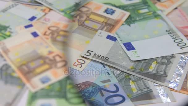 Studie o rotující pozadí euro pomocí lupy.