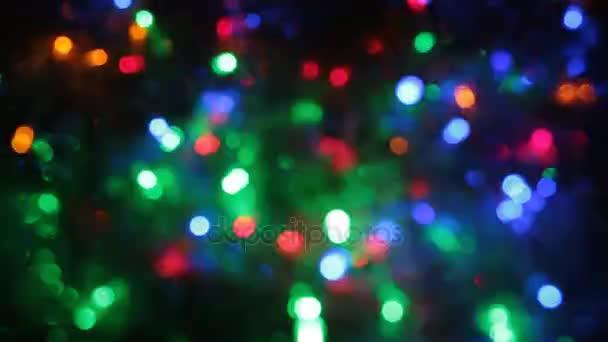 Füzér színes világítás homályos forgatása.