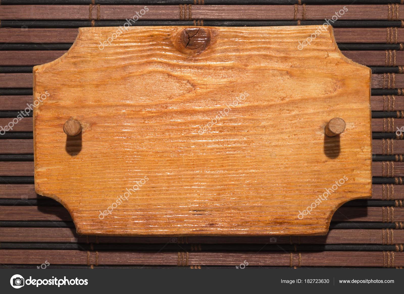Es de madera con marco de madera con una mordaza de madera sobre una ...
