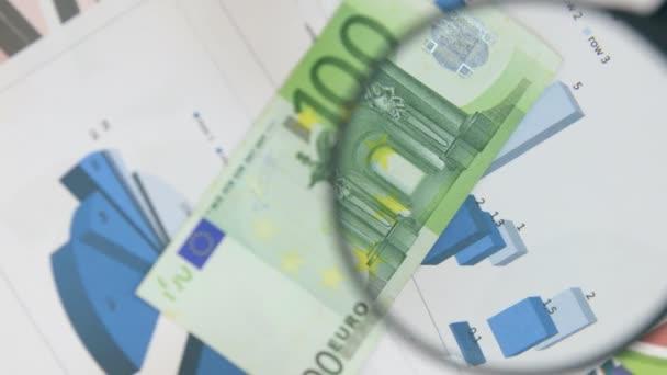 Otáčení na sto eurech a zvýšit s lupou.
