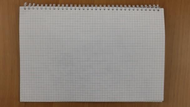 Girare il foglio di blocco note per lavorare. Calcolatrice in un taccuino
