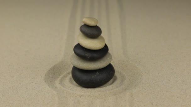 Blíží se pyramidy vyrobené z kamenů leží v kruhu písku