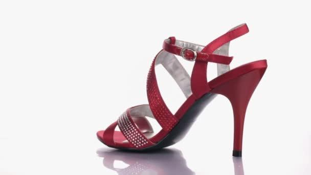 Móda krásné dámské boty vysoké podpatky boty.Rotace na bílém pozadí.