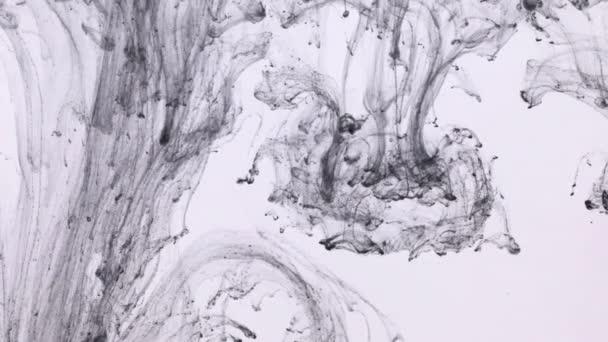 Csepp festék a víz alatt, és mozog a fekete tinta. Absztrakt örvények fekete színekből