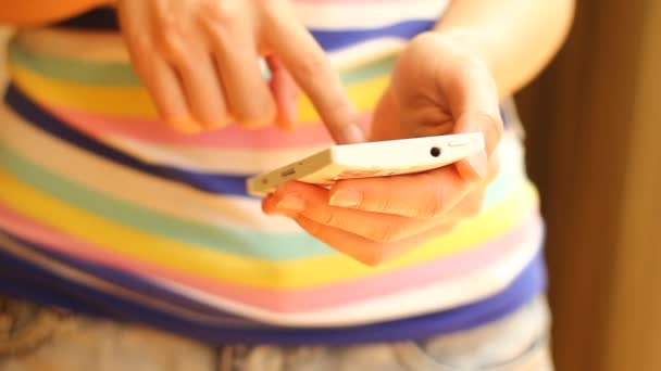 žena pomocí smartphone