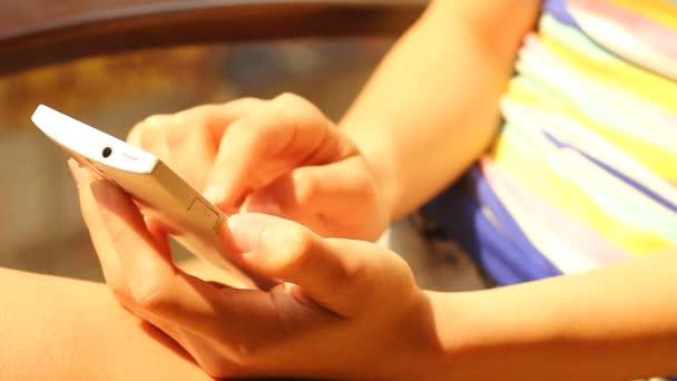 detail ženy držící mobilní telefon