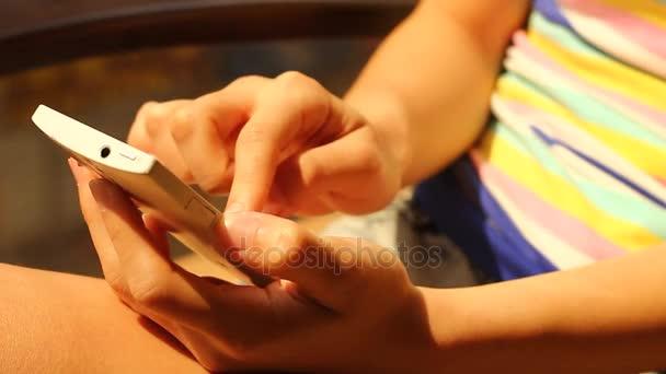 Nahaufnahme der Hand der Frau mit Handy