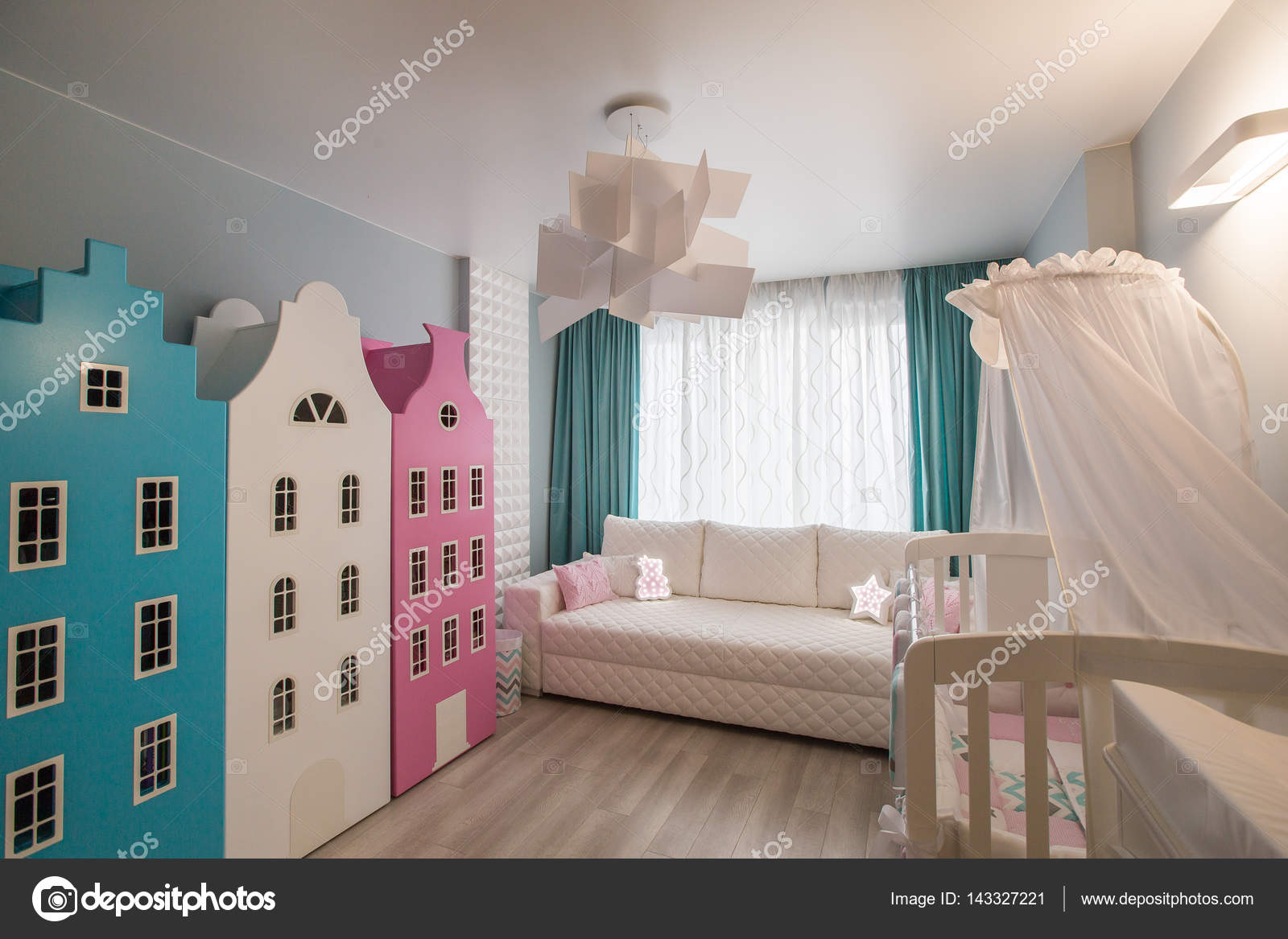 Interiore di una stanza per bambini, mobili moderni. Camera di asilo ...
