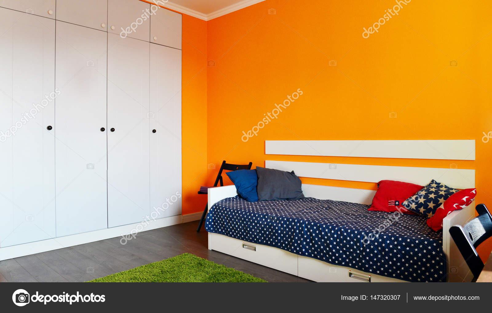 Slaapkamer van de kinderen in oranje en blauwe kleuren u stockfoto