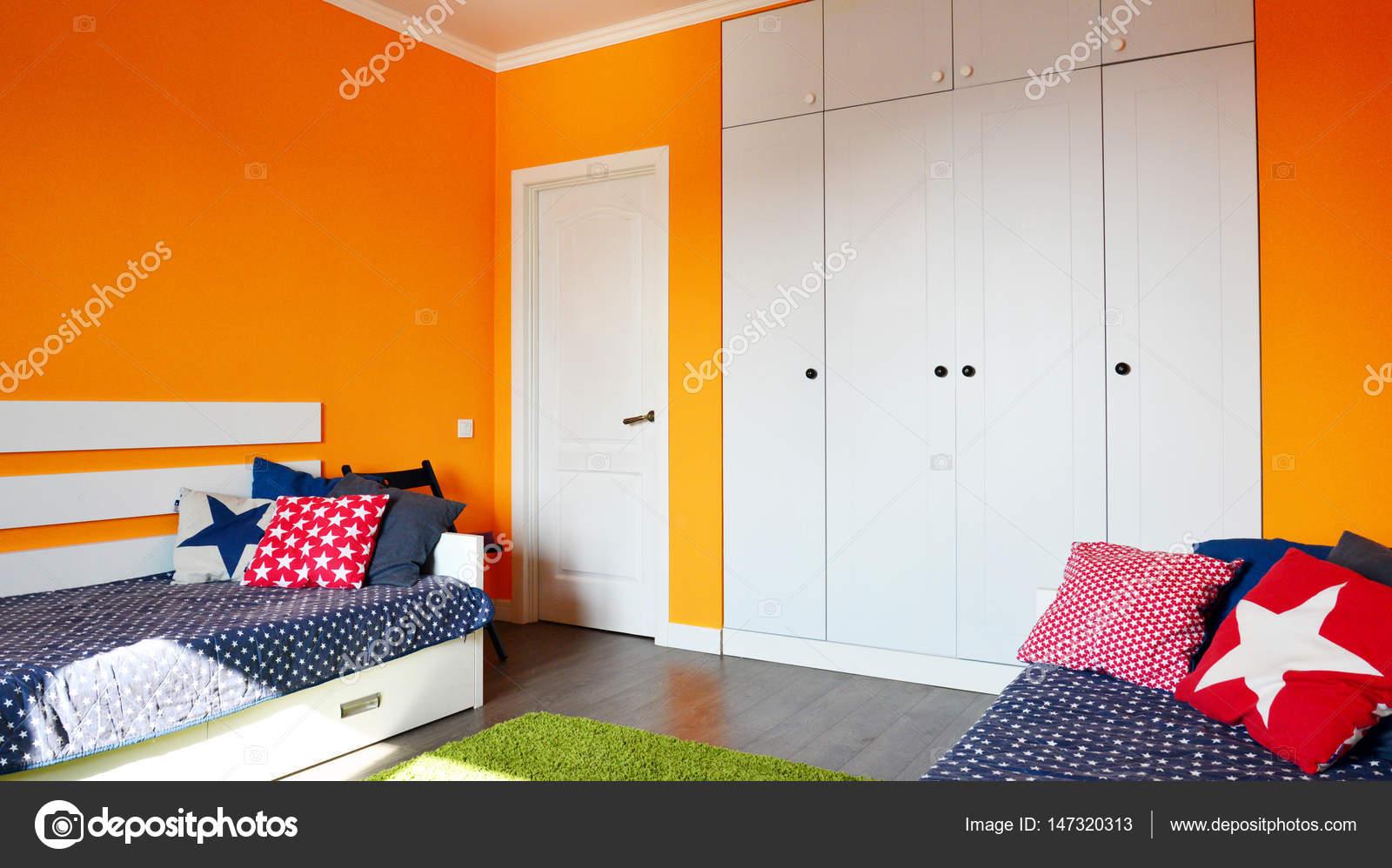 Slaapkamer van de kinderen in oranje en blauwe kleuren — Stockfoto ...