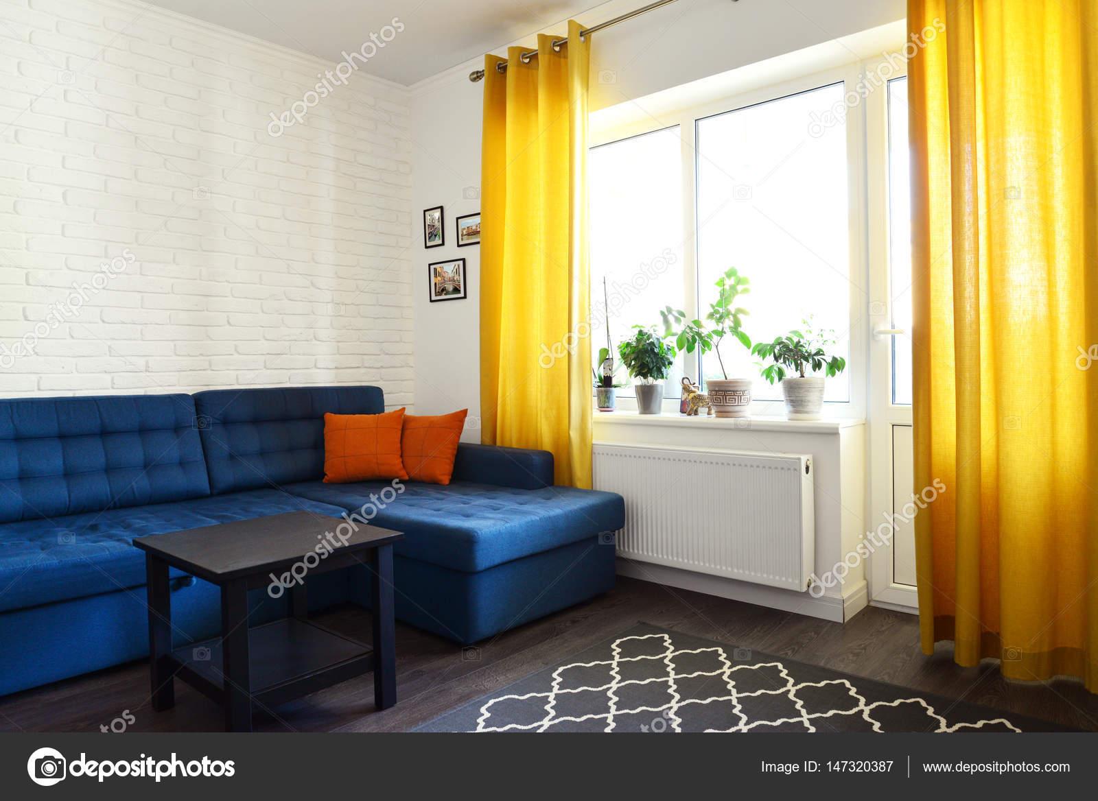 Saubere Familienzimmer Mit Blaue Couch Stockfoto C Tashka2000