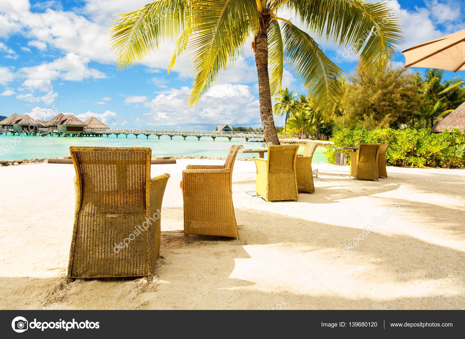 Dos Sillas Y En Una Playa De Arena Con Vistas A La Laguna Y