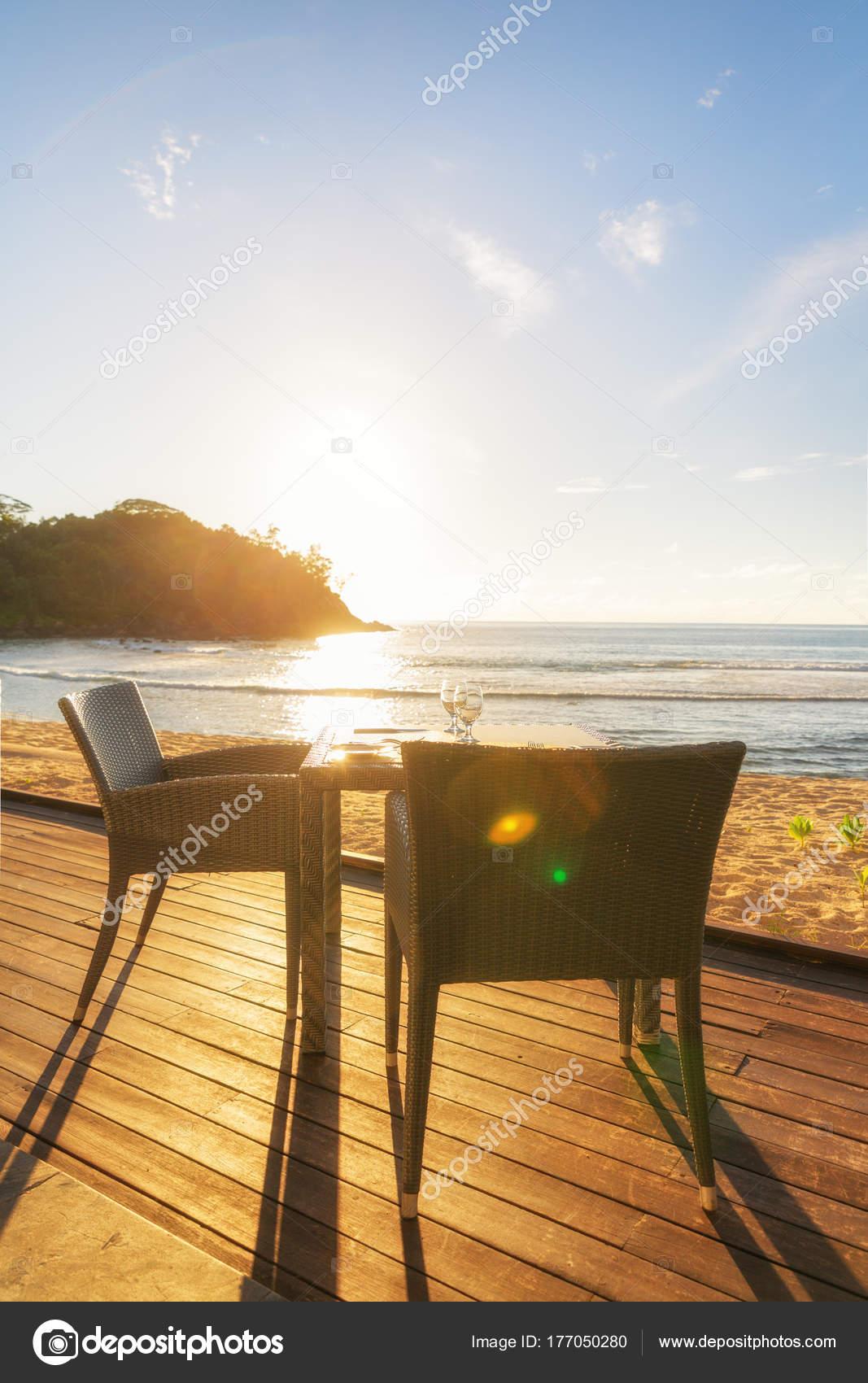 table et deux chaises sur la terrasse en bord de mer su soir photographie 18042011 177050280. Black Bedroom Furniture Sets. Home Design Ideas
