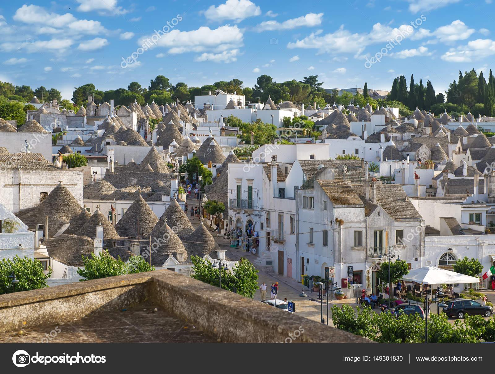 Ansicht von oben auf die Stadt von Alberobello in Apulien, Italien ...