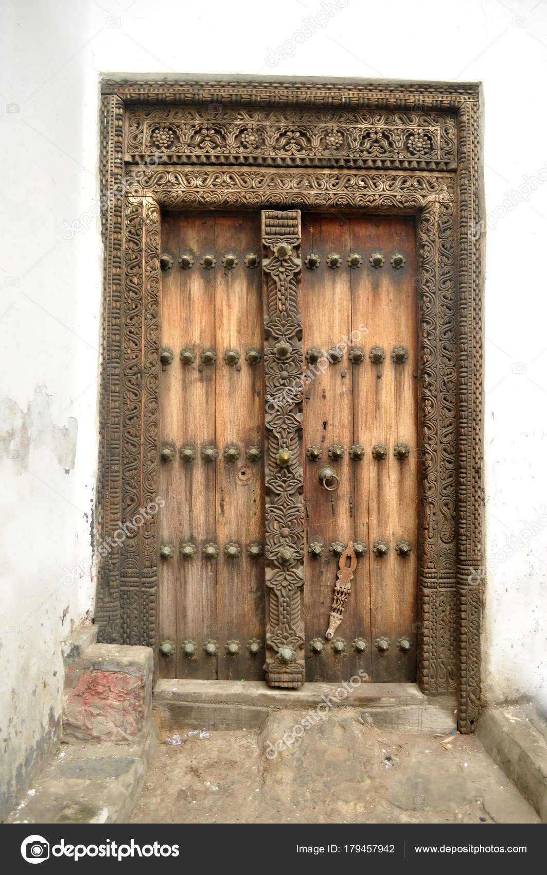 antike Holztür in Stonetown, Zanzibar — Stockfoto © hakunamatata372 ...