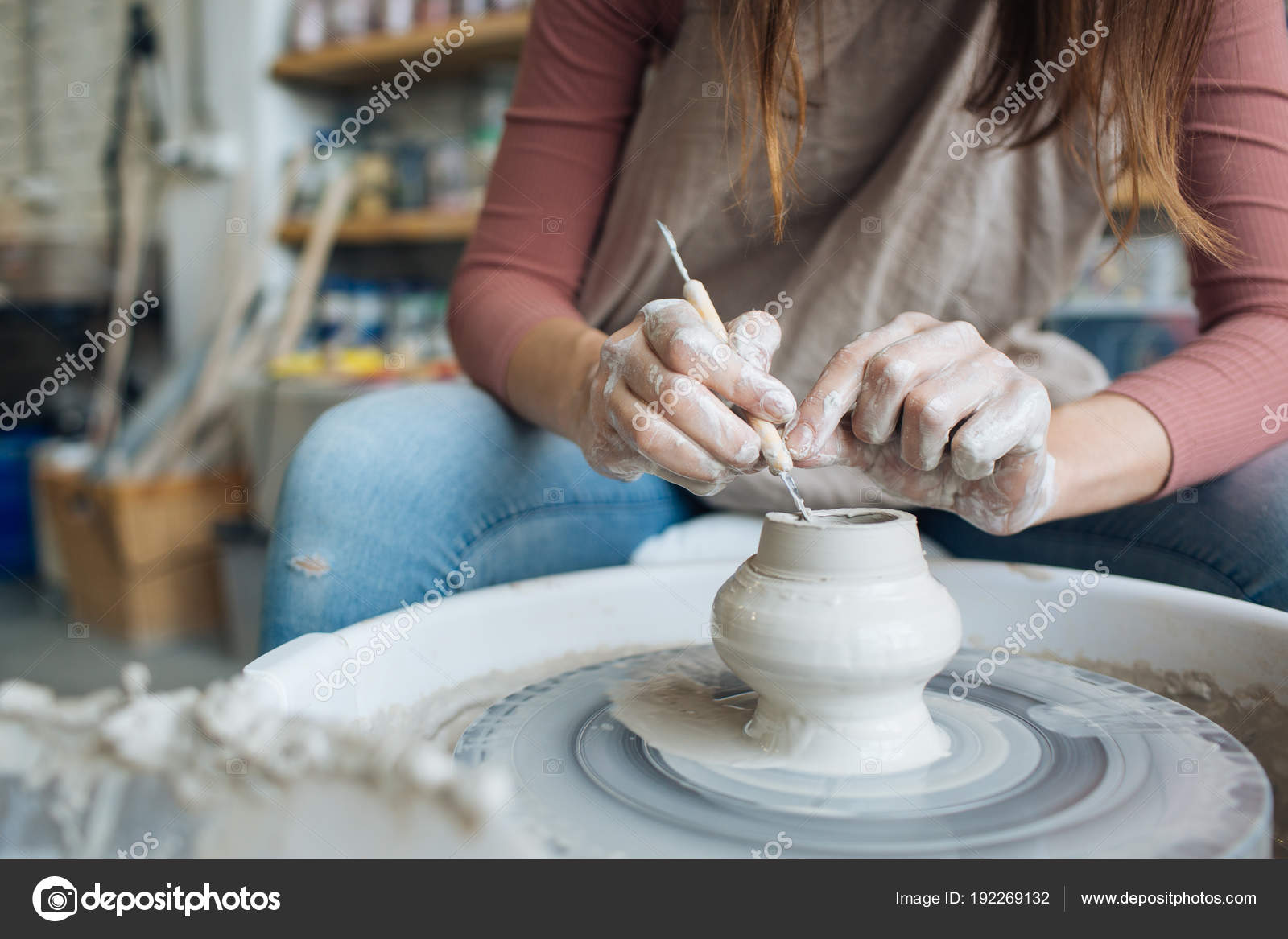 fabriqus la main sur un tour de potier mains faire argile de divers articles pour la maison et de vente dans le magasin et lexposition
