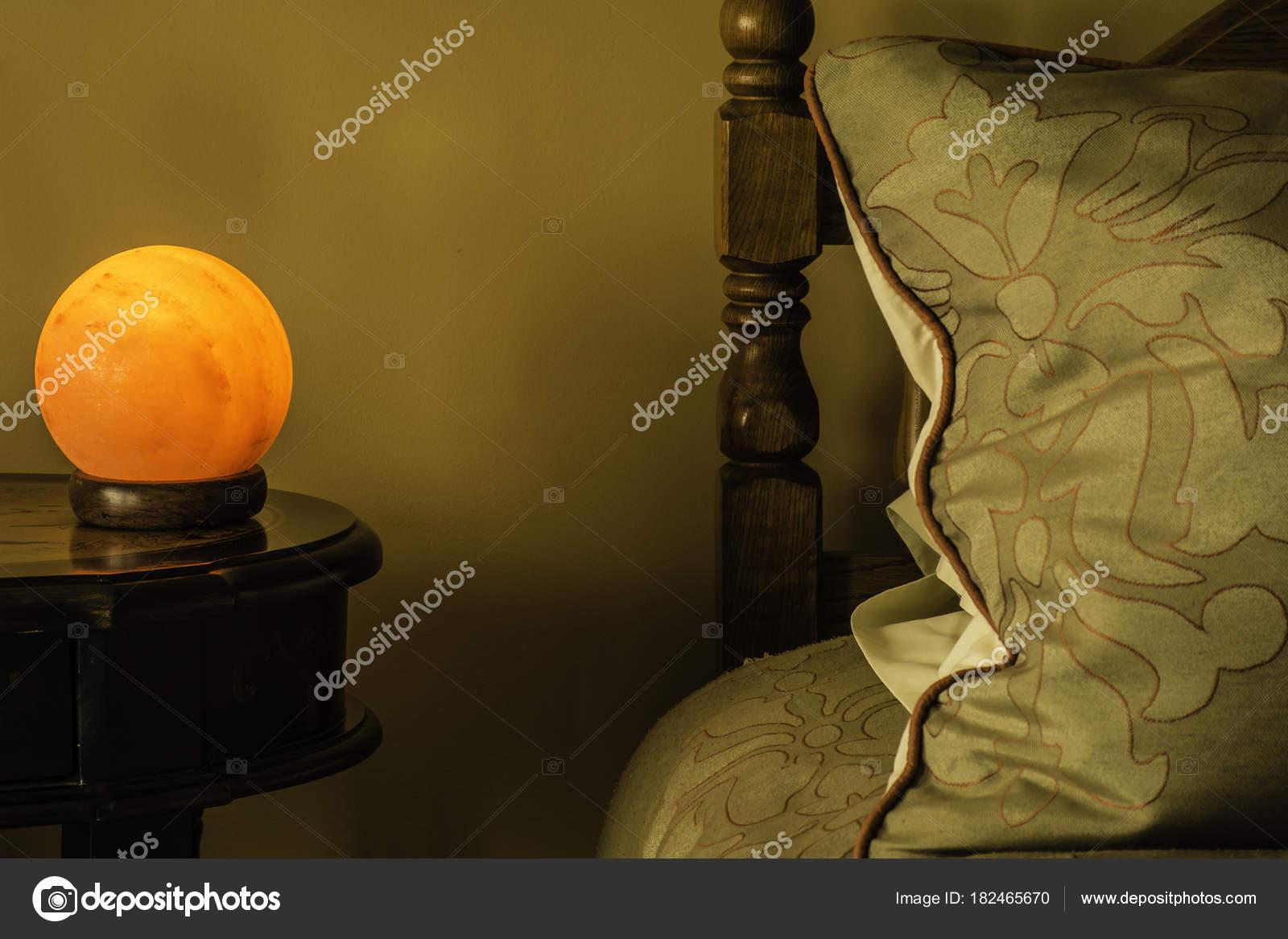 Himalaya Salz Lampe Abend Stehen Neben Dem Bett Und Große ...