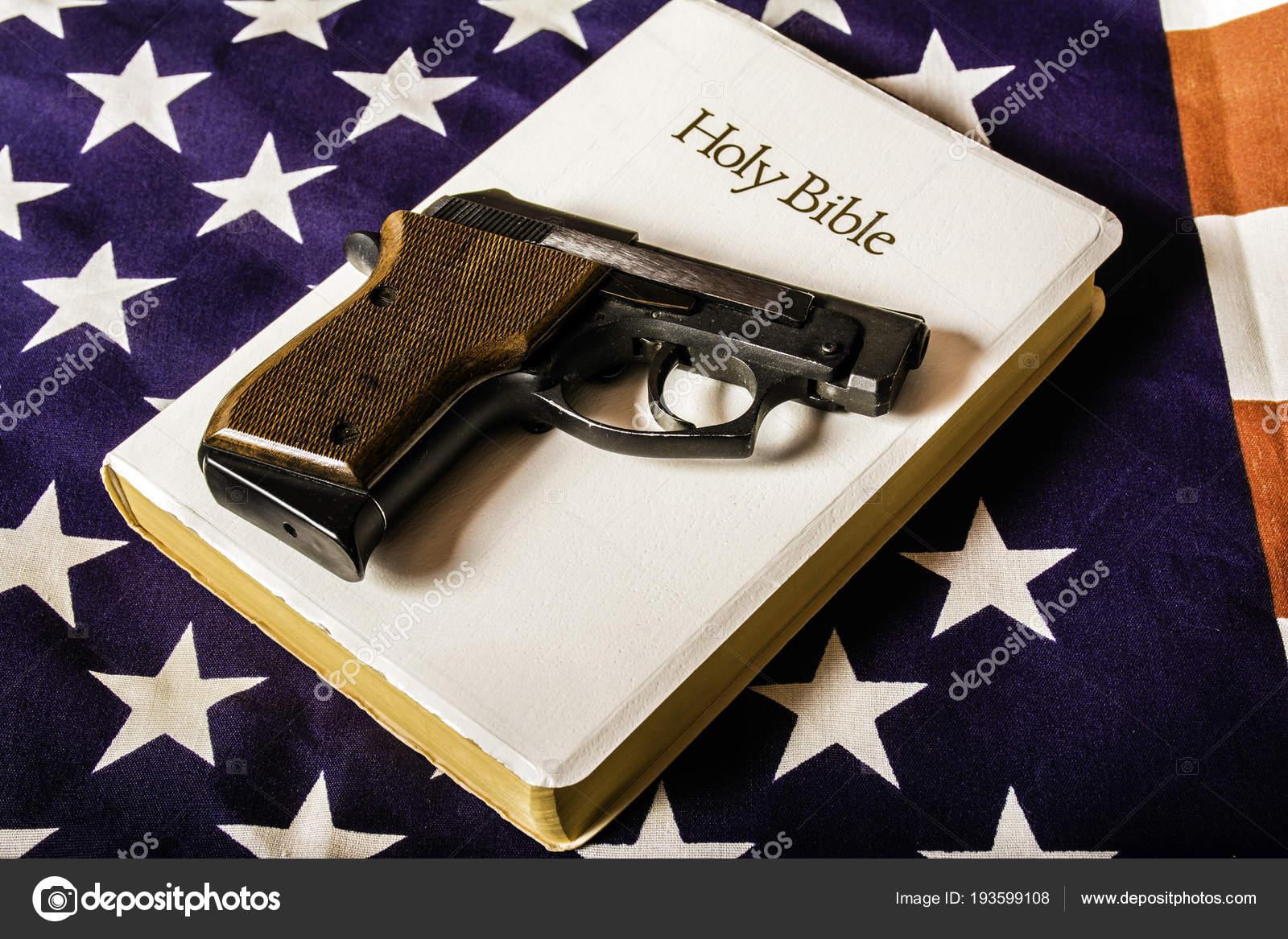 21e74eadc16d52 Una pistola di mano automatica ventidue calibro semi su bianca Bibbia sulla  bandiera americana — Foto di ...