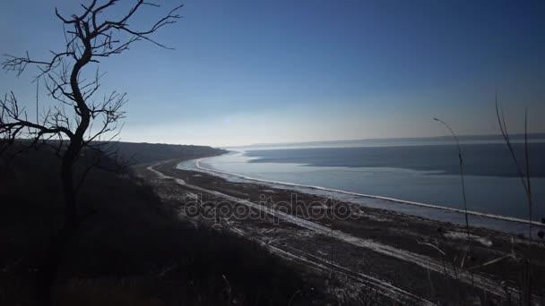 Trocknen Teich, ist das Wasser von der Küste entfernt umgezogen. Umweltproblem, globale Erwärmung, Wassermangel. Ändern Sie in der Ökologie des Stausees. Tiligul-Mündung, Ukraine