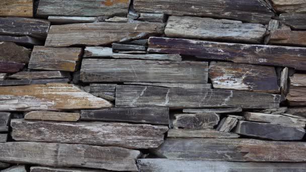 Kamenná stěna z různobarevného vrstveného přírodního pískovce