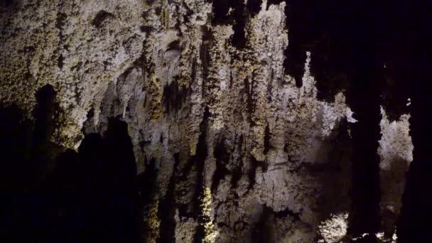 Stalokmit a stalogmit v krasové jeskyni v Novém Mexiku