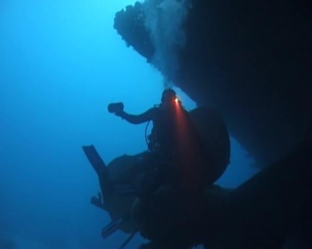 ÄGYPTEN, Rotes Meer - Oktober 2009, 25: Taucher in der Nähe des Propellers eines gesunkenen Schiffes im Roten Meer, Ägypten