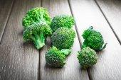 Zralé zelené brokolice zelí na dřevěné pozadí