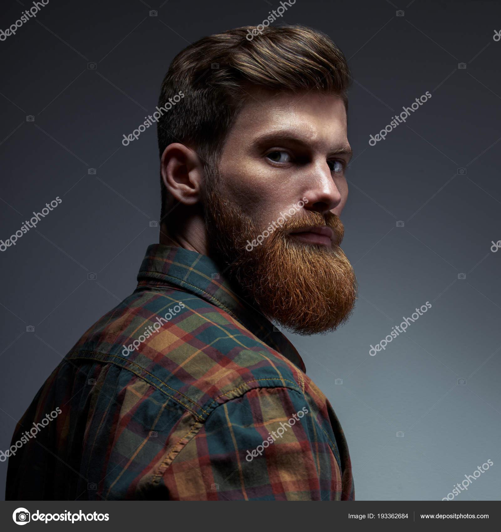 Retrato De Un Hombre Con Barba Y Peinado Moderno Fotos De Stock