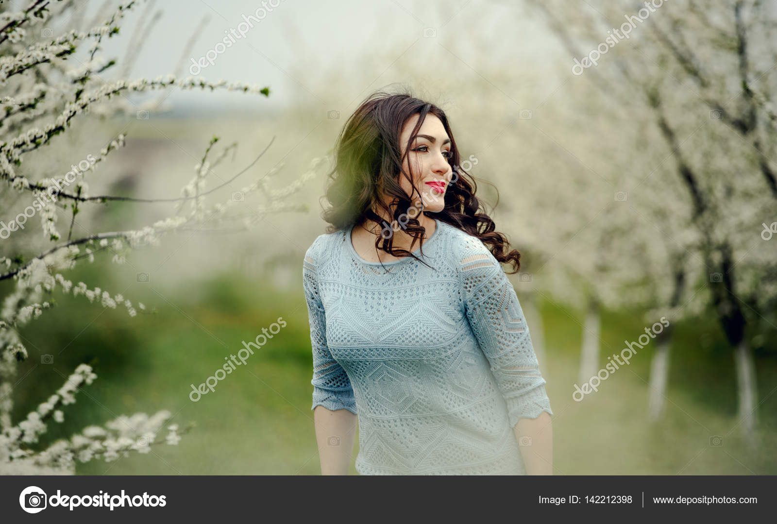 Фото красивых девушек брюнеток вдали — pic 1