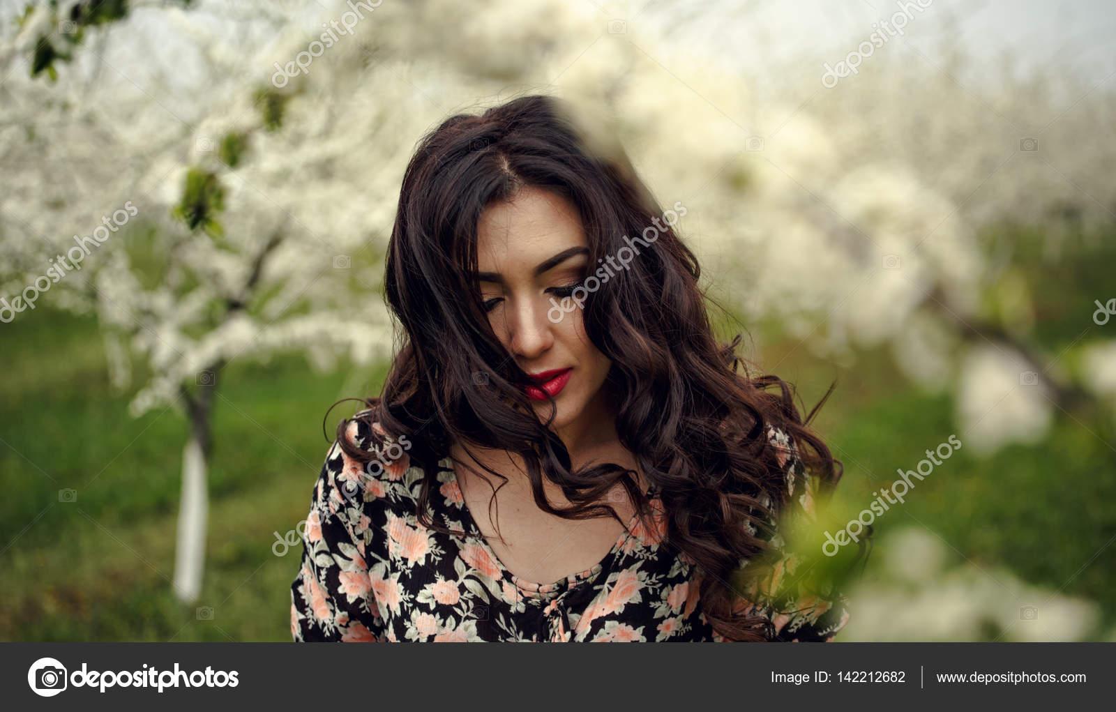 Ебут фото красивых девушек брюнеток вдали