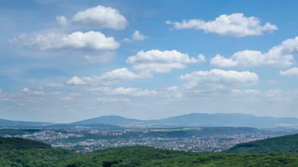 Kupovité mraky nad velké město na Slovensku časová prodleva
