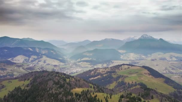 Letecký pohled na krásné venkovské přírody brzy na jaře s mraky táhnou nad horami, časová prodleva
