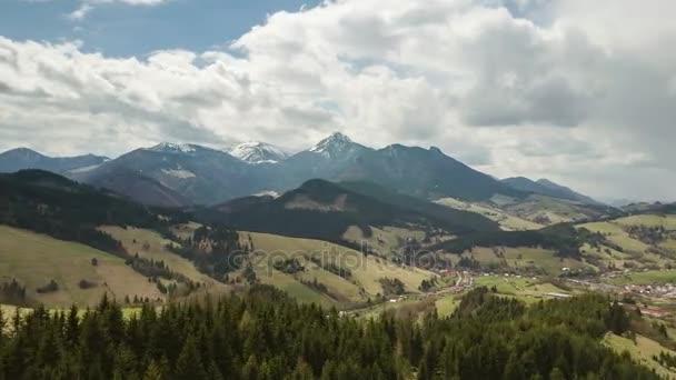Vzdušný let nad Jarní krajina s mraky táhnou nad hory časová prodleva. Pan zleva doprava