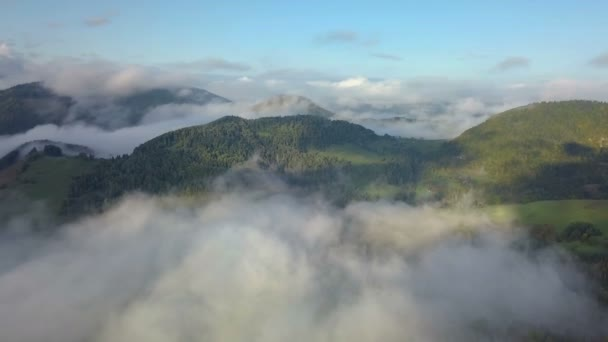 Letecký panoramatický pohled nad oblaka mlhy v kouzelné zemi krajině na ranní východ slunce