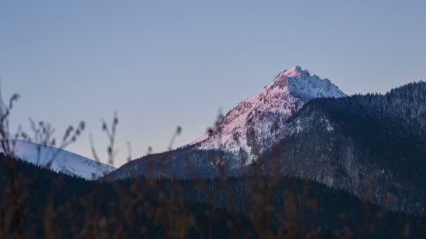 Ranní slunce barvy v vrchol hory při východu slunce. Dolly časosběrné zastřelil