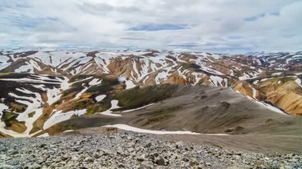 Mraky táhnou nad zasněženou duhové hory Islandu. Krásná struktura přírody. Naklonit nahoru časová prodleva