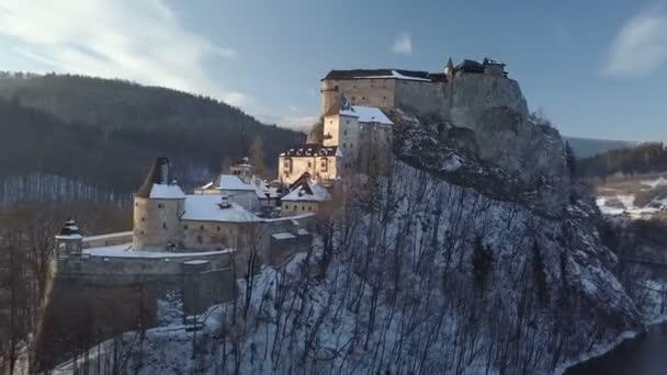 Letecký pohled na kolem Oravského hradu v suuny Zimní večer, Slovensko