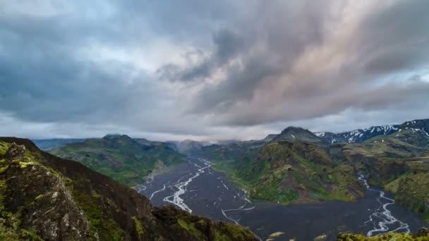 Večerní mraky plující nad krajinou hory Islandu. Časová prodleva