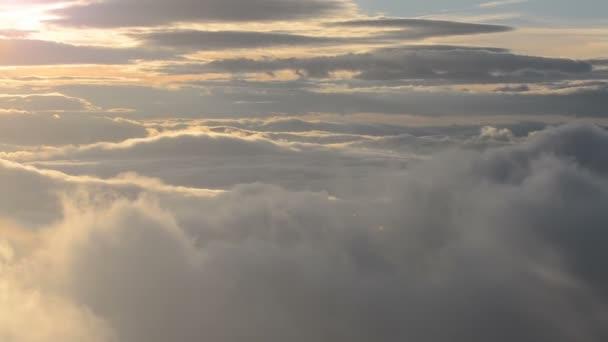 Zlatý východ slunce nad mraky Panoramic