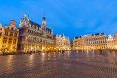 Grand Place v Bruselu v soumraku.