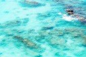 Pohled shora transparentní mělká tyrkysové moře mořské vodní hladiny a rock na Andamanské moře Indického oceánu v létě