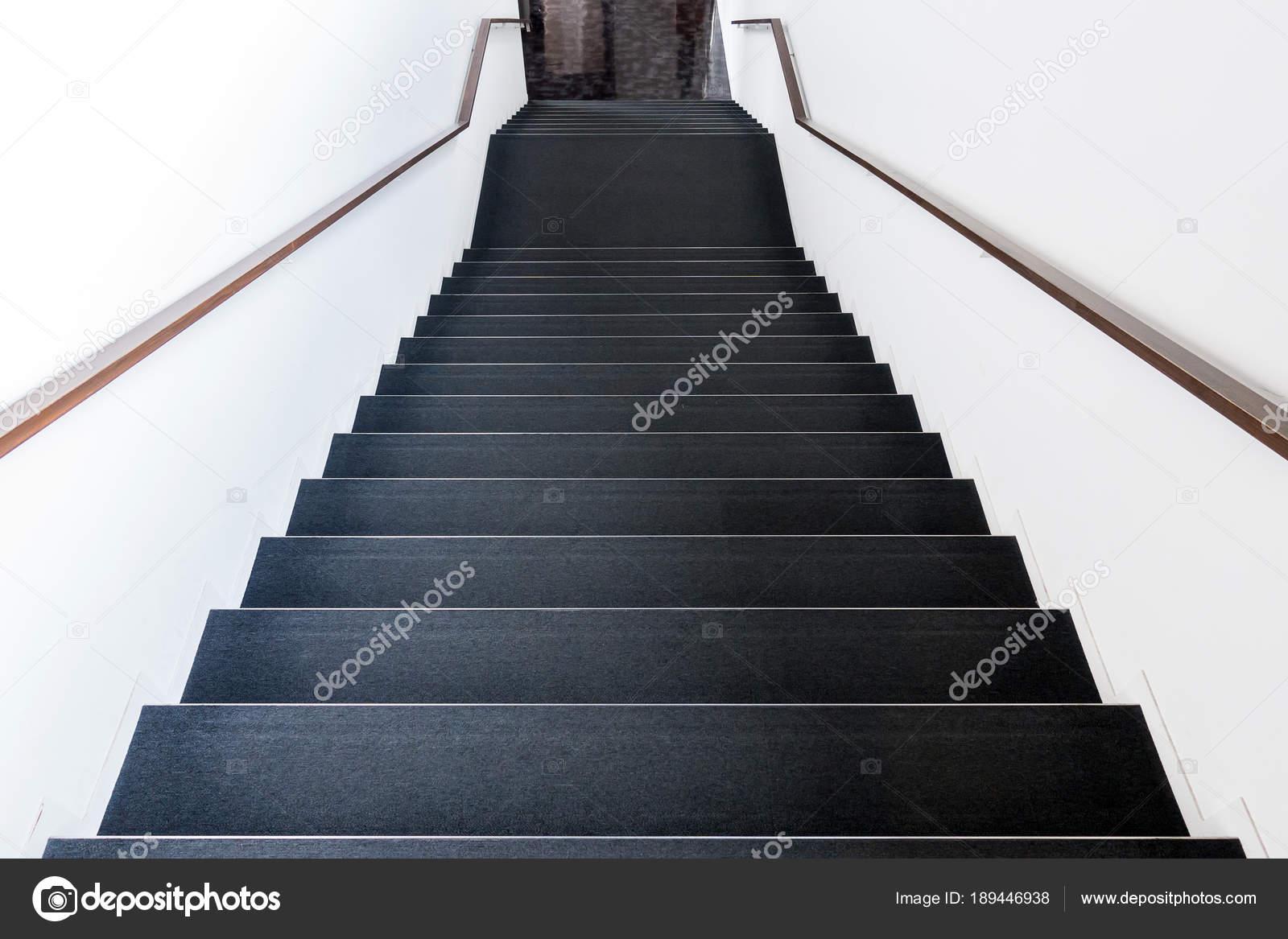 Klassische Treppen schwarze klassische treppen mit handlauf stockfoto vichie81
