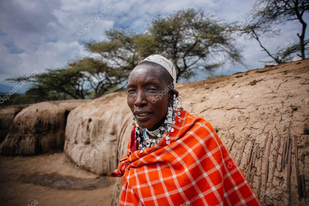 afrikaanse stam vrouw kijken camera – redactionele stockfoto
