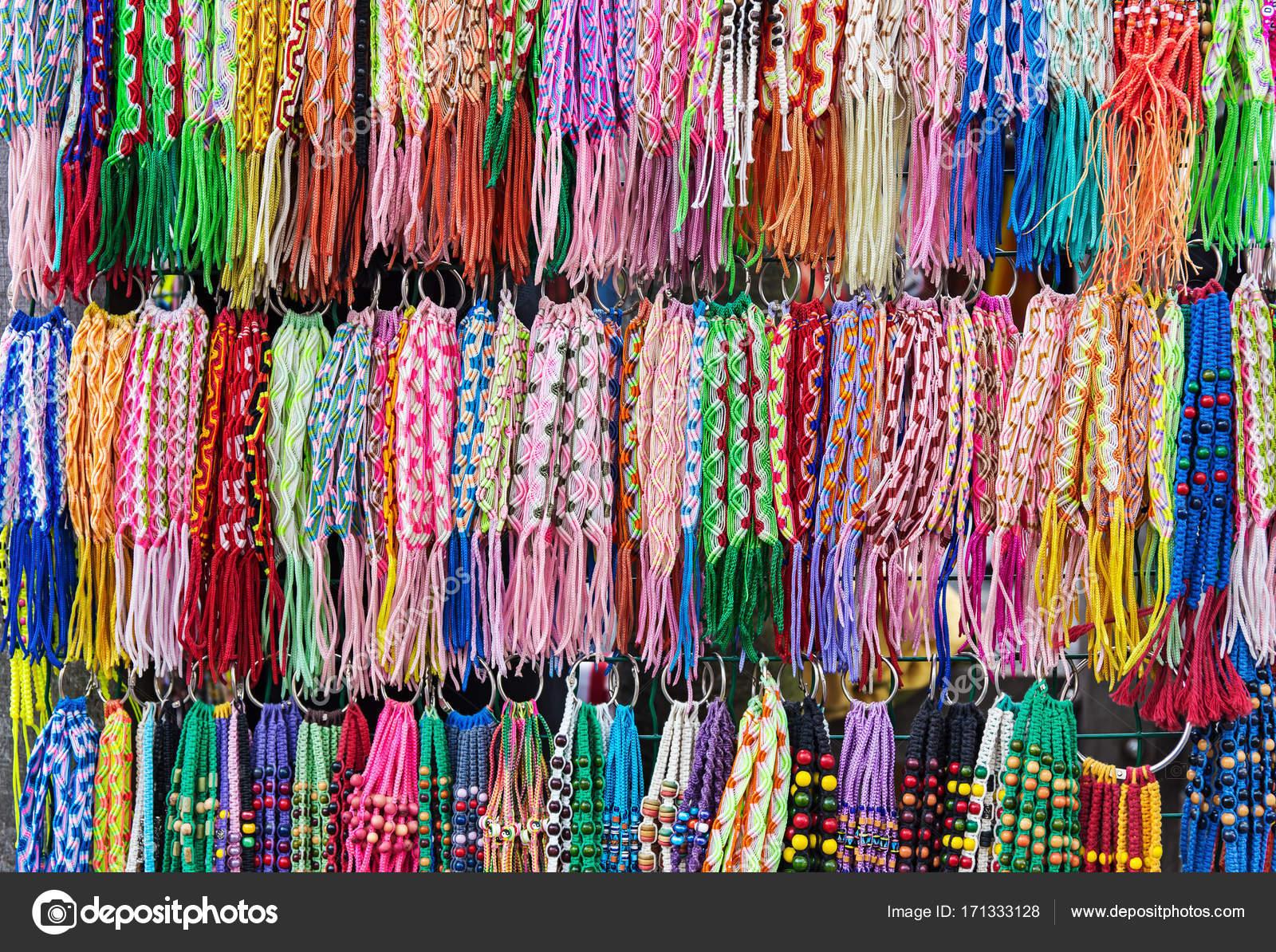 2b89ef8cd844 Colores trenzado de pulseras de la amistad en el stand en el mercado — Foto  de ...