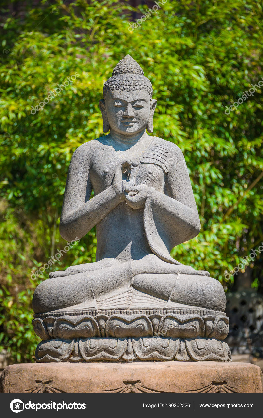 Denkmal Des Buddha Betet Im Garten Stockfoto C Neurobite 190202326