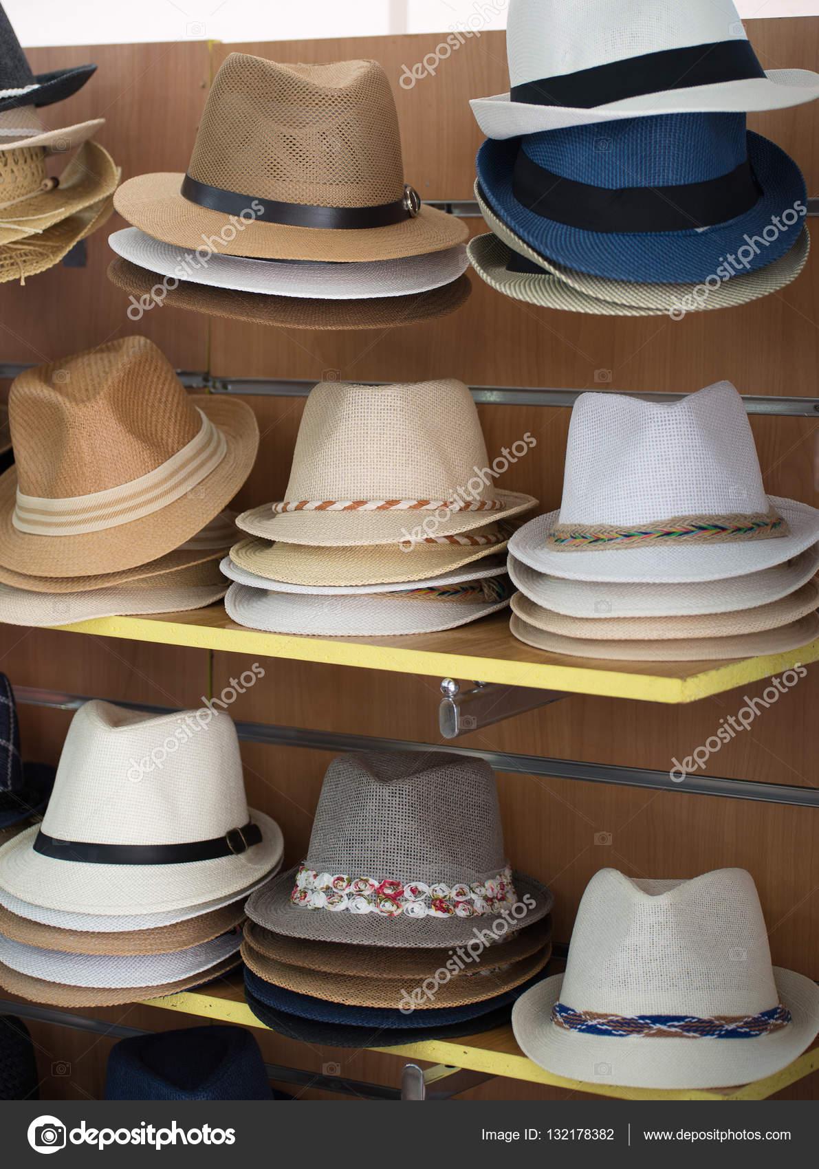 6de119febb Variedad de sombreros para la venta en el mercado — Fotos de Stock ...