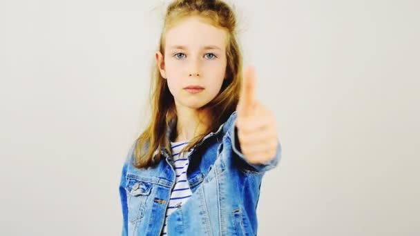 Malá dívka ukazuje palec nahoru, pak dolů. Nelíbí se mi koncept